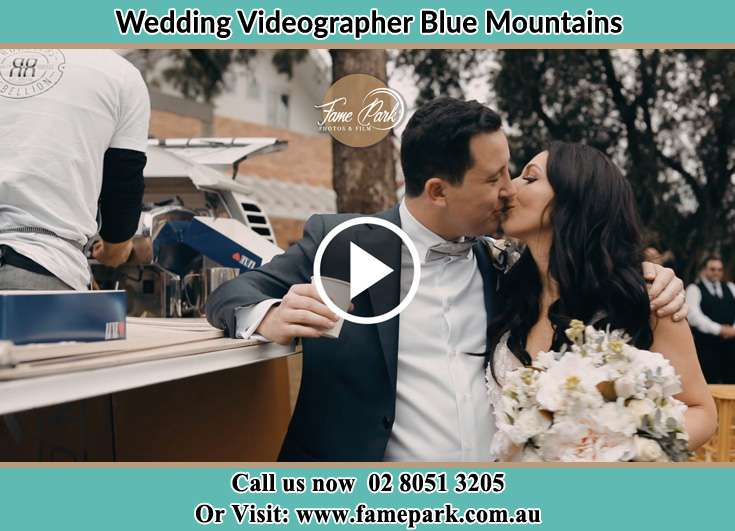 Bride & Groom kissing Blue Mountains